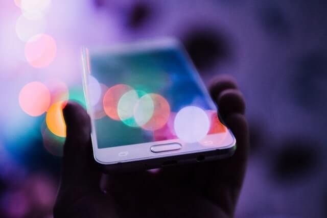 Płatności przez telefon to wygodna sprawa. Logowanie przez aplikację jest proste, ale czy bezpieczne?